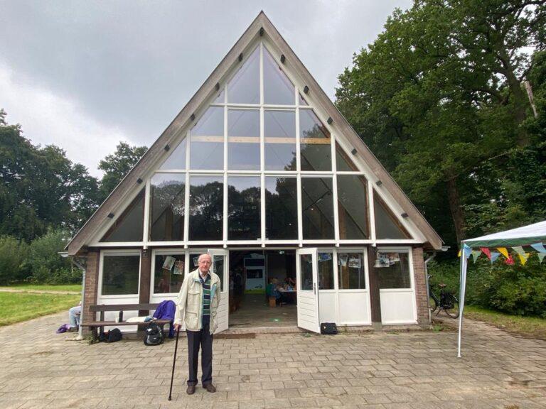 Meneer de Jong voor het verbouwde Vogelnest - 90-plus en voorzitter vanaf start Vogelnest